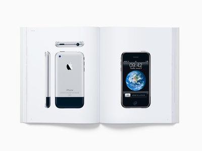 """Ya puede comprarse el libro """"Designed by Apple in California"""" en España"""