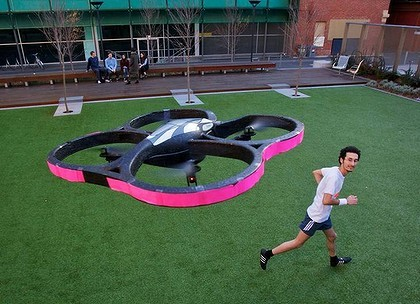 joggobot persiguiendo corredor