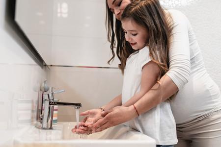Agua y jabón, mejor que los geles con alcohol para lavarse las manos