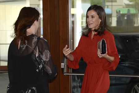 Doña Letizia Ortiz apuesta por el color teja en un vestido de más de 1.600 euros