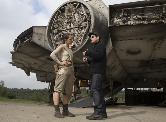 J.J. Abrams habla con Daisy Ridley en el set de Star Wars VII
