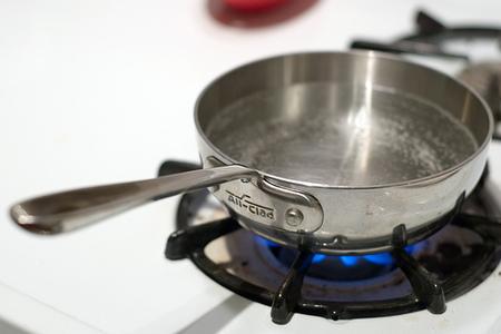 ¿Cuál es la forma más económica de calentar agua?