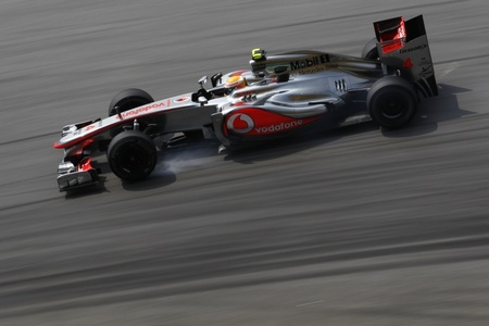 Lewis Hamilton no hace prisioneros y los motores Mercedes parecen de otro mundo