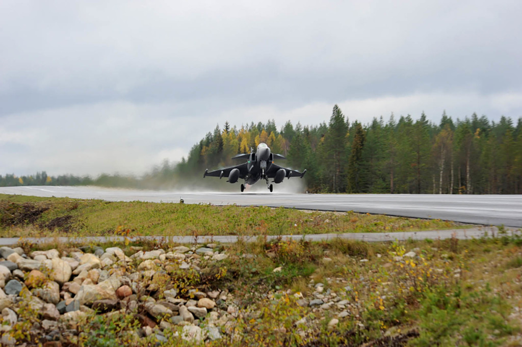 SAAB Gripen aterrizando en carretera