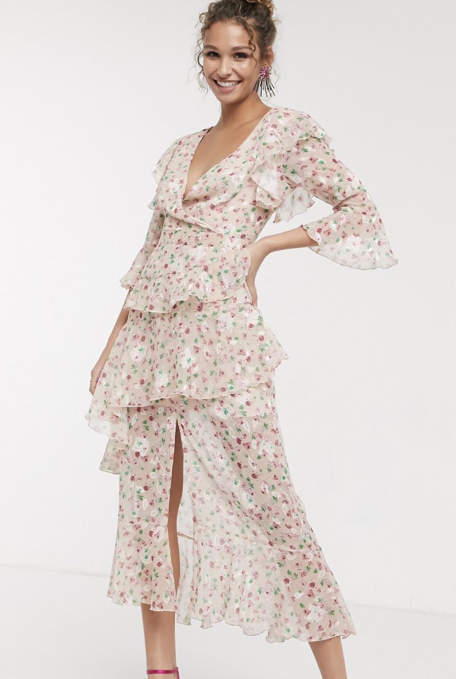 Vestido largo y escotado con volante y estampado de florecitas con base color rubor de Dark Pink