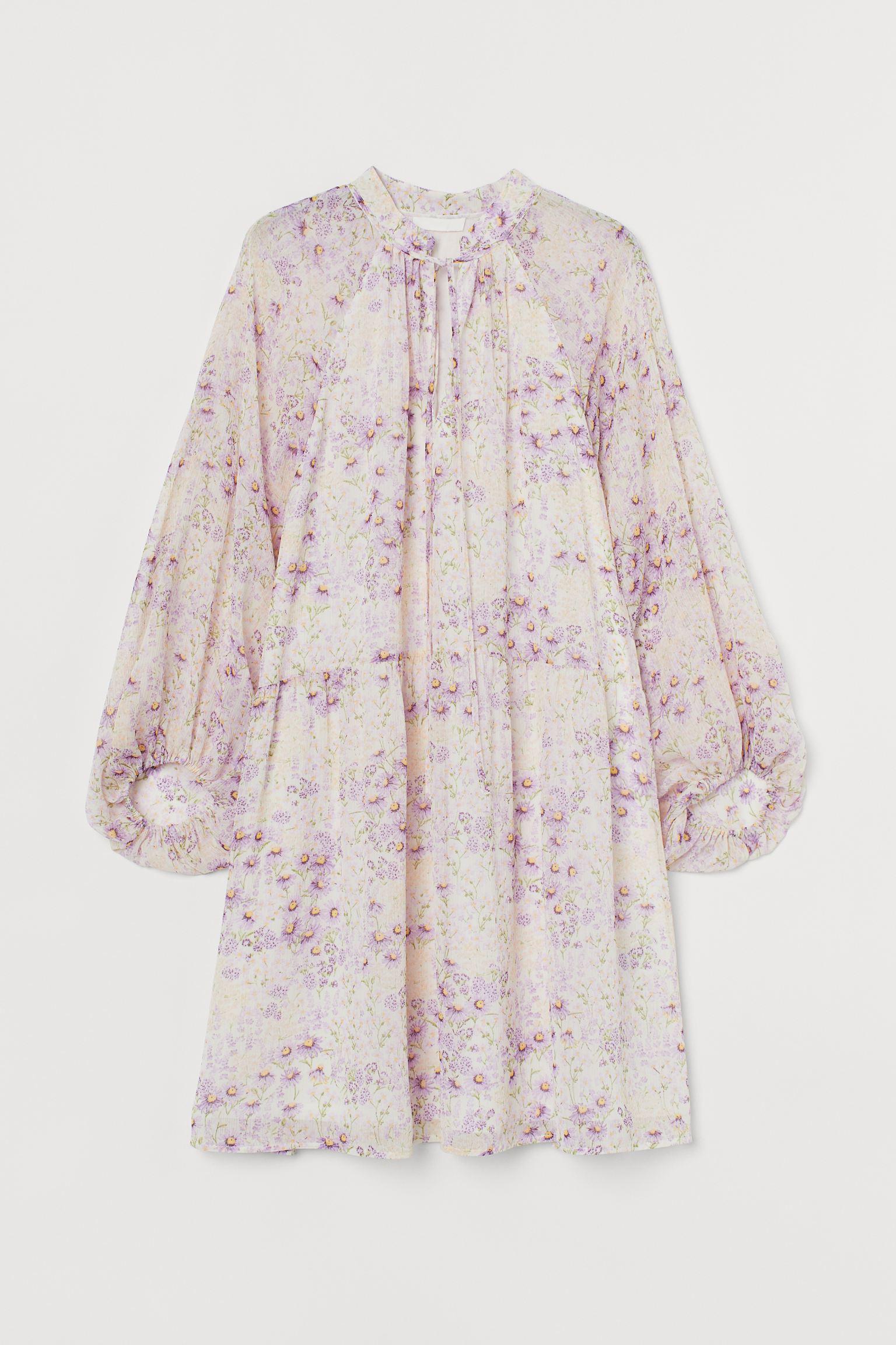 Vestido evasé corto en tejido vaporoso con cuello elevado corto y abertura con tiras de anudar finas en el escote.