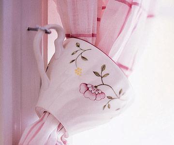 Hazlo tu mismo: reutiliza las tazas desparejadas como alzapaños