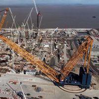 Así es 'Big Carl', la grua más grande del planeta gracias a sus 250 metros de altura y capacidad de carga de hasta 5.000 toneladas