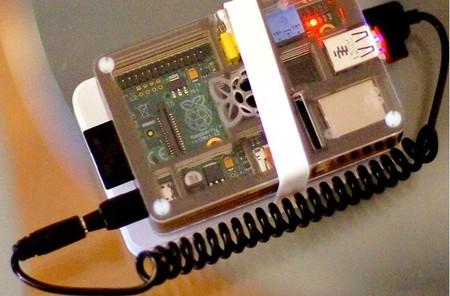 vista superior de la Raspberry Pi. El cable de alimentación viene incluido con la batería