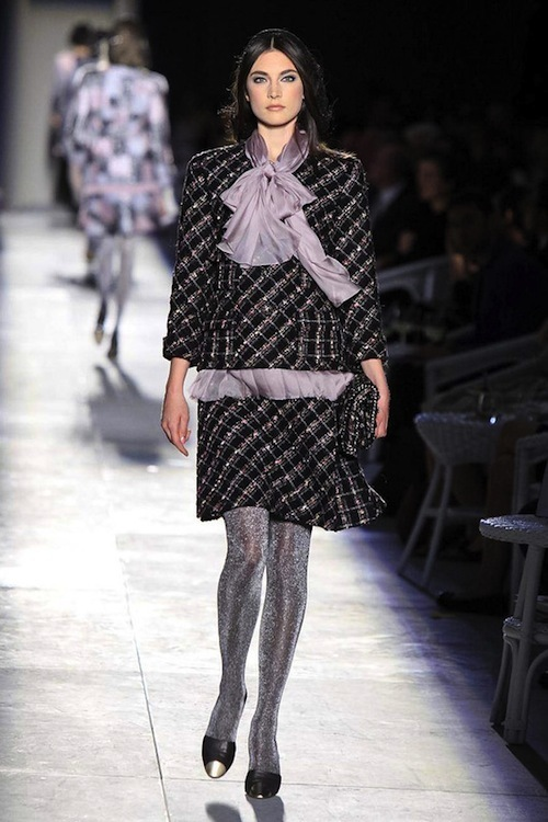 Foto de Chanel Alta Costura Otoño-Invierno 2012/2013: rosa, gris, brillos y nuevo vintage (10/61)