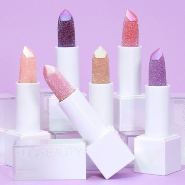 Huda Beauty lanza sus primeros bálsamos labiales: los nuevos Diamond Balm cargados de brillos