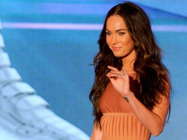 ¡Mirad cómo presume Megan Fox de anillo de casada!