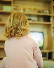 Los padres admiten usar la televisión como niñera