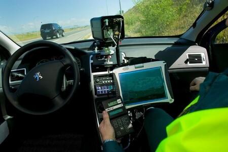Vídeo: un conductor boicotea un radar móvil de velocidad con su coche