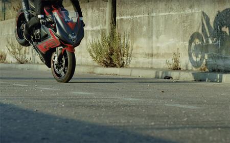 Dosis de stunt con una MV Agusta F3 800 RC en la última hazaña en vídeo de Thibaut Nogues
