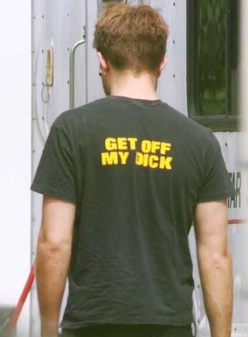 ¡La que se ha montado con la polémica camiseta de Robert Pattinson!