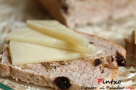 Aranburu Etiqueta Negra D.O. Idiazabal sobre pan de canela, nueces y pasas