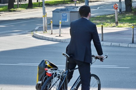 Los ciclistas que cruzan un paso de peatones subidos en la bici se enfrentan a multas de hasta 200 euros