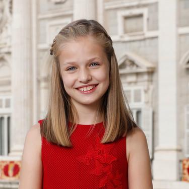 El rojo de Doña Letizia es el color elegido para el primer posado oficial de la princesa Leonor