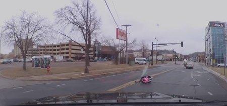 Una niña se cae del coche en marcha en plena calle: la importancia de fijar correctamente la silla del bebé