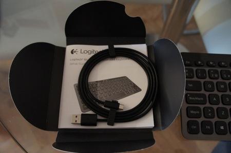 El cable para recargar el K810 de Logitech, que también nos permite seguir utilizándolo mientras lo hacemos
