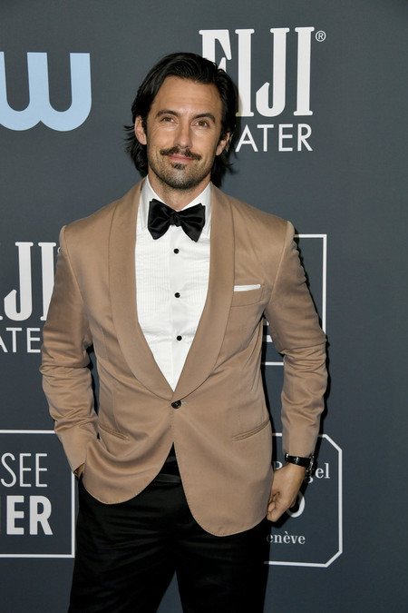 Milo Ventimiglia Le Da Un Giro Al Smoking Claro Para Su Look De Los Critics Choice Awards 2