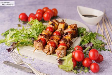 Brochetas de cerdo caramelizado con piña: receta rápida para cenar bien