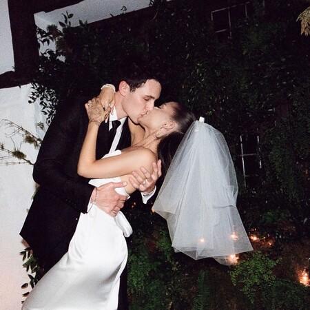 Ariana Grande ha revolucionado Instagram con las fotografías del día de su boda: así fue su vestido de novia