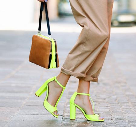 Bolso y sandalias de tacón flúor en Zara