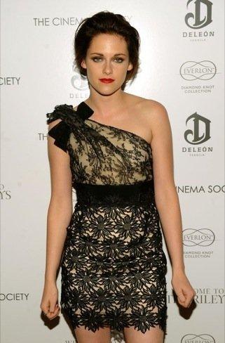 Kristen Stewart sigue deslumbrando con sus looks. ¿El mundo al revés?