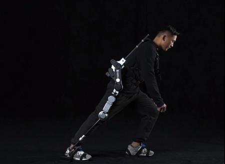 Los repartidores de China están utilizando exoesqueletos que cargan hasta 50 kg para llegar donde las motos y bicis no pueden