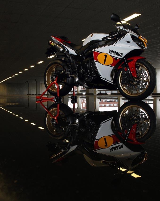 Foto de Yamaha YZF-R1 Agostini réplica a subasta (1/14)