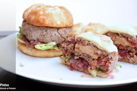 Receta de hamburguesas con corazón de foie y cebolla roja agridulce