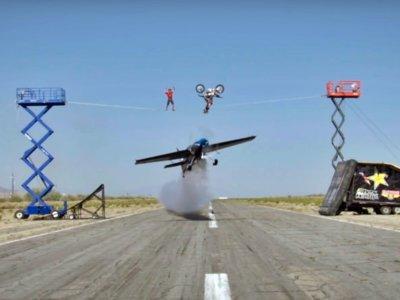 Avión de acrobacias + funambulista + backflip en moto. ¿Ha llegado el Circo del Sol?