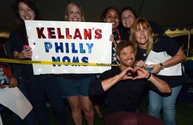 Kellan Lutz posa con algunas fans