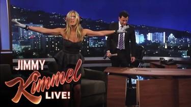 Jennifer Aniston arrasa en el programa Jimmy Kimmel, literalmente