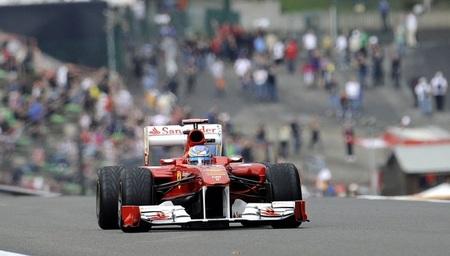 A Fernando Alonso le sonríe la suerte y la irregularidad de sus rivales