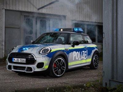 El Mini JCW se viste de policía para demostrar que es mucho más que un divertido auto deportivo