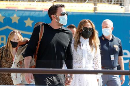 Jennifer López y Ben Affleck más enamorados que nunca eclipsan todas las miradas en su desembarque en Venecia