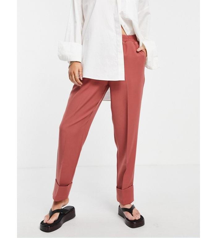 Pantalones de traje rosas oscuros con cintura elástica y bajos vueltos