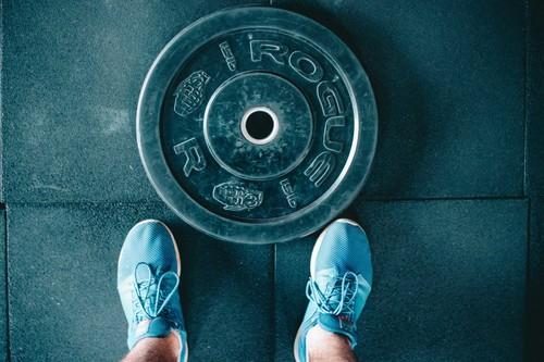 Entrenar a medio día: una rutina rápida en el gimnasio para entrenar todo tu cuerpo en tiempo récord