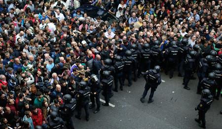 """""""La derrota de Rajoy"""": las cargas en Cataluña ponen a la comunidad internacional contra el gobierno español"""