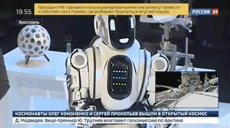 """El día que la televisión estatal rusa presentó al """"robot más avanzado de Rusia"""" y resultó ser un hombre dentro de un disfraz"""