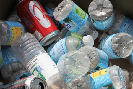 Gana dinero reciclando botellas de plástico