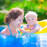 ¿Cuándo bañar al bebé por primera vez en la piscina o en el mar?