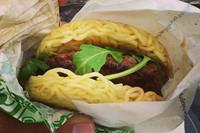 Llega la Ramen Burger, hamburguesa con fideos de ramen. ¿Otra moda absurda?
