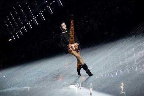 Hasta la Torre Eiffel se rindió ante la nueva colección Primavera-Verano 2018 de Saint Laurent