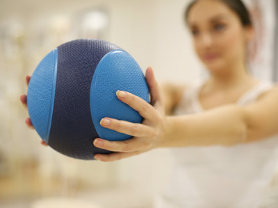 Siete ejercicios con el balón medicinal para trabajar todo nuestro cuerpo
