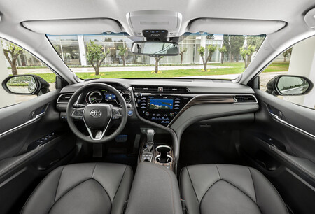 Toyotacamryhybrid Interior1 140291 Easy Resize Com