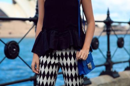 Duelo de estampados arlequín: falda o pantalón ¿quién lo lleva mejor?